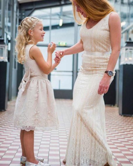Romy champagne bruidsmeisjes jurkje jurken trouwen kind meisje kinderkleding