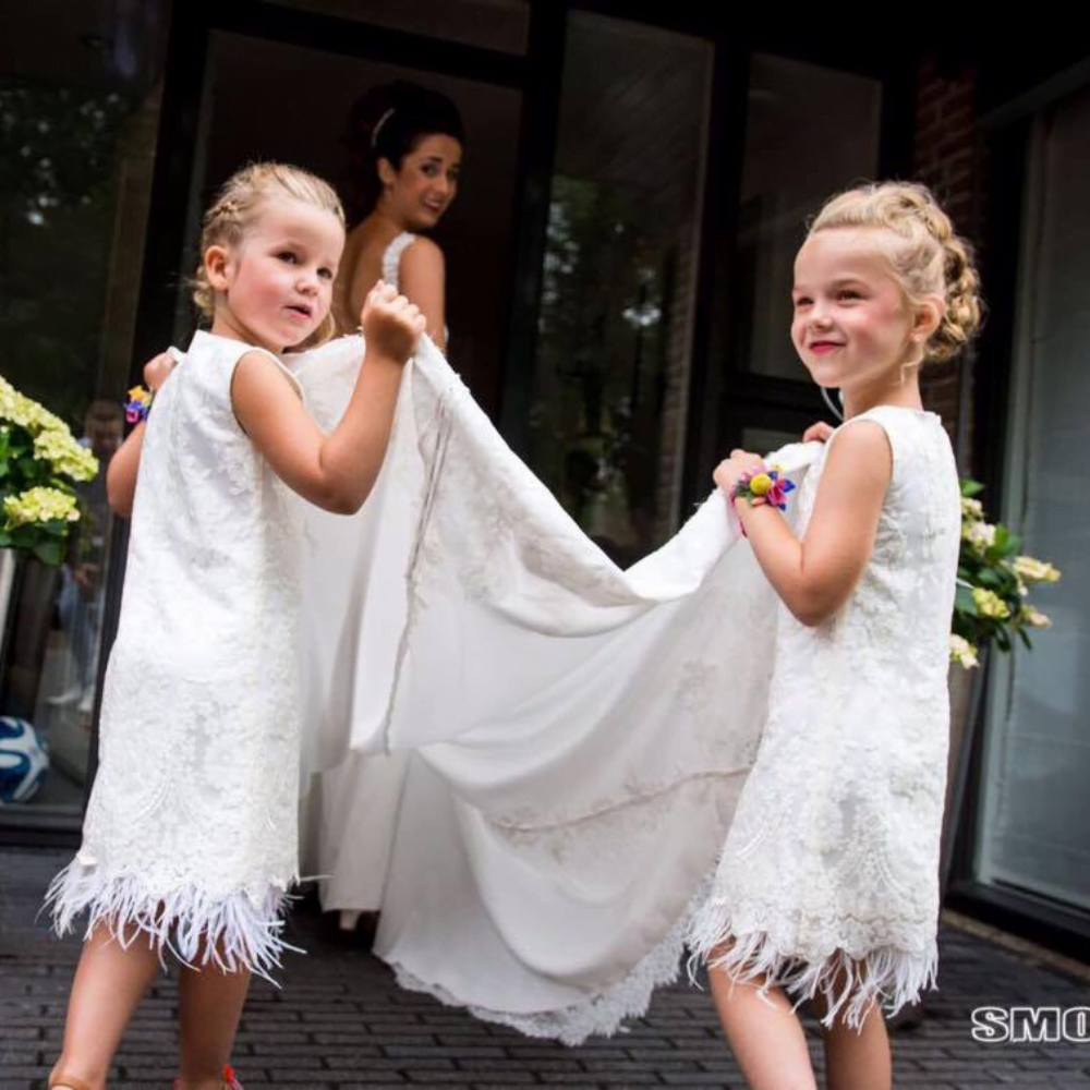 bruidsmeisjes jurkje jurk jurken kind meisje meisjes kinderen bruidsmeisjesjurkje Kinderbruidsjurkje verenjurk so cute! kinderbruidsmode meisje feestjurkje ivoor wit gebroken wit veren veertjes