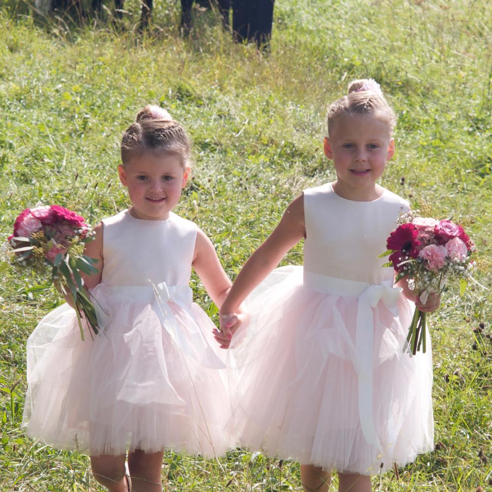 bruidsmeisjes jurkje tule jurk jurken kind meisje meisjes roze lichtroze zachtroze kinderen bruidsmeisjesjurkje jurk Mila Kinderbruidsjurkje verenjurk so cute! kinderbruidsmode meisje feestjurkje
