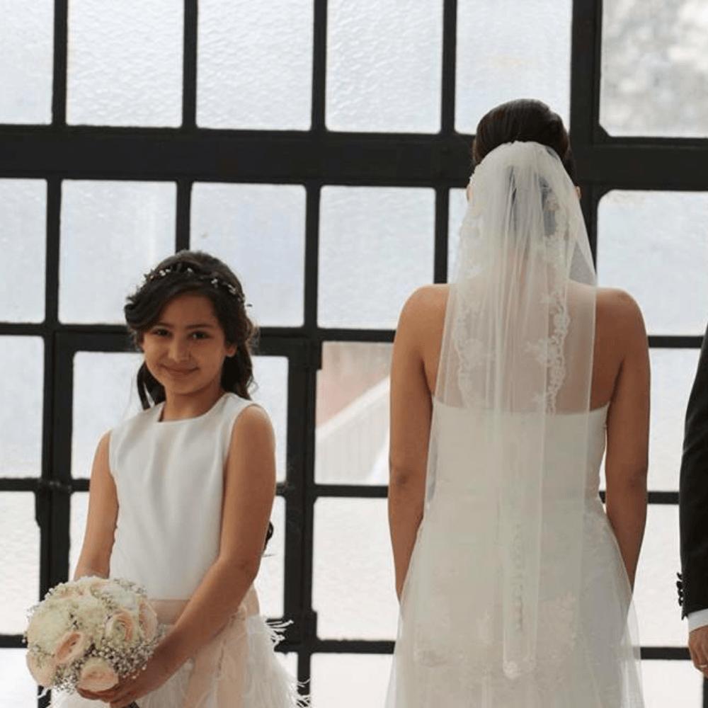 verenjurkje veertjes jurk veren bruidsmeisjes jurkje jurk jurken kind meisje meisjes kinderen bruidsmeisjesjurkje Kinderbruidsjurkje verenjurk so cute! kinderbruidsmode meisje feestjurkje ivoor wit gebroken wit