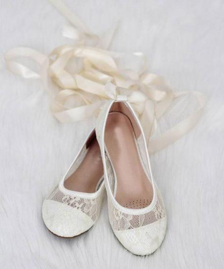 Bruidsmeisjes schoenen ivoor gebroken wit van kant met lint om de benen