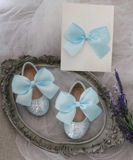 Lichtblauwe schoenen voor bruidsmeisjes feest met bijpassende haarstrik voor meisjes