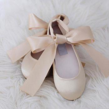 Schoenen voor meisjes van satijn met lint – Champagne